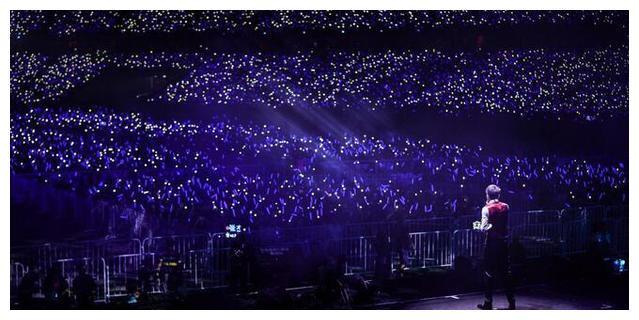 张杰鸟巢演唱会粉丝惊喜,深情表白谢娜感动流泪,网友
