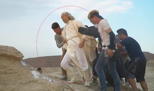 71岁郑少秋演世外高人,大漠迎风而立仙气飘飘,背后却是7人搀扶