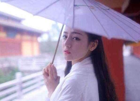 """古装美人""""撑油纸伞"""":杨紫俏皮,热巴迷人?"""