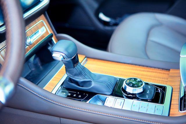 定义轻奢豪华 长腿美女大赞的硬派SUV