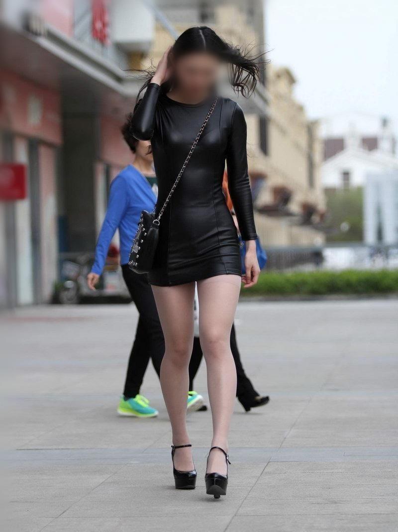 美女街拍,身材穿包臀皮裙的路人美女,太吸引眼多性感吗贵州图片