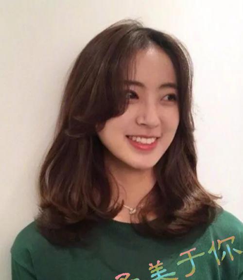 刘海,外翻蓬松烫卷设计的中长发烫发发型搭配上偏分八字烫卷长刘海