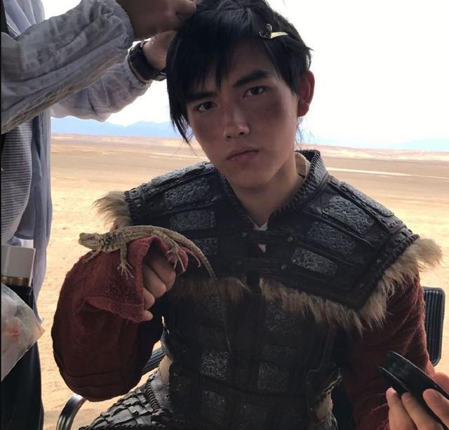 陈飞宇拍《将夜》现场图,18岁少年挑战自己,炎热夏天沙漠穿古装
