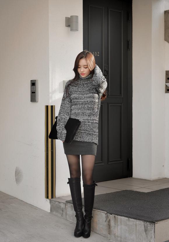 转载自百家号                 甜美女生一双黑丝袜搭配可爱连衣裙