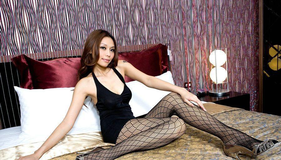 黑色吊带包臀裙搭配黑丝网袜, 让美女腰部和腿部曲线
