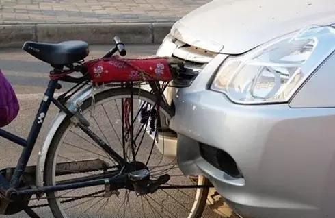 当汽车撞上自行车,结果汽车输了!