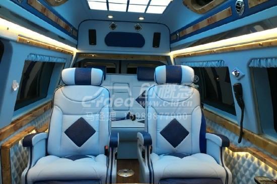 福特E350改装豪华座驾, 打造简洁蓝白内饰!