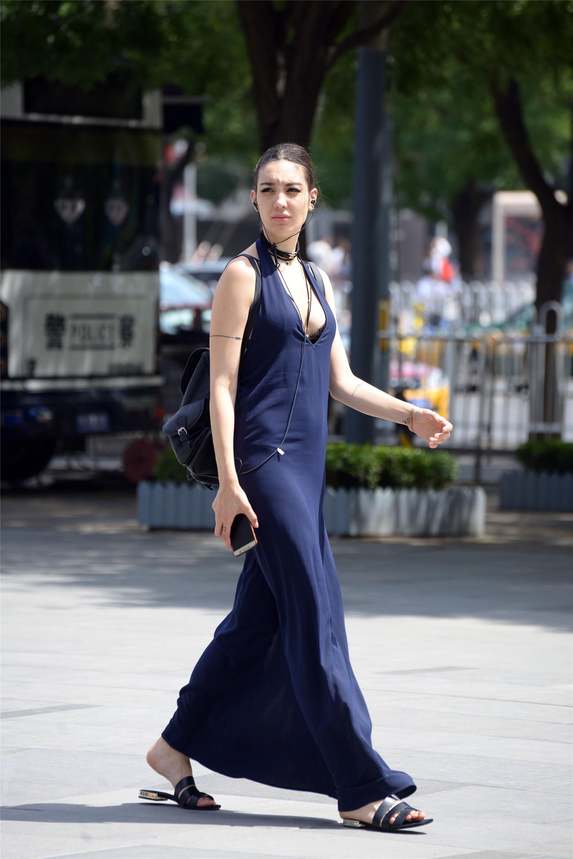 魔力姐姐_这些时尚漂亮的外国姐姐更喜欢到三里图逛街,这里真的是很有魔力