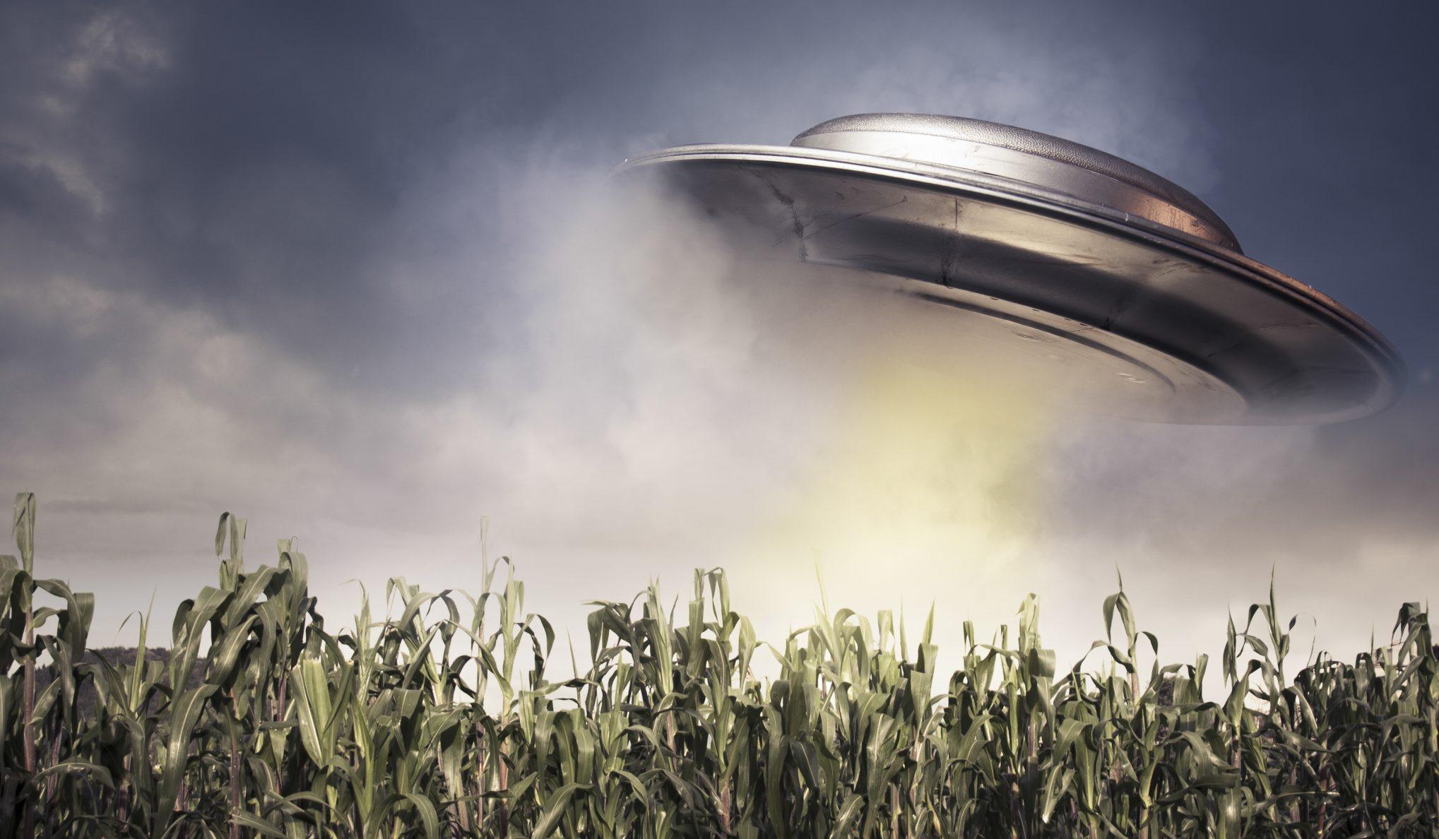 庄稼与ufo飞行器高清图片