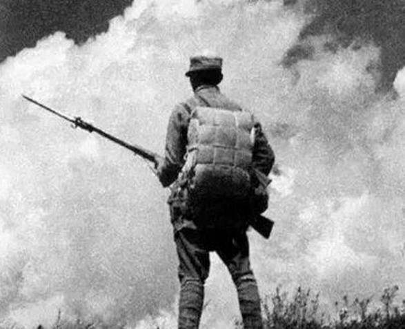 中国军人的背影,就像是一座山那样屹立着.哪怕前面枪林弹雨呢!
