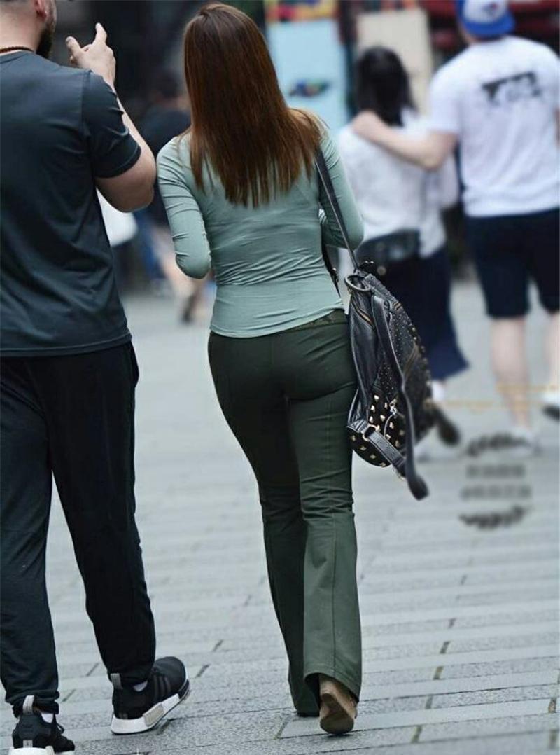 街拍美女: 穿紫色包臀裙的纯情少妇, 臀宽过肩腿很长穿黑色高跟靴
