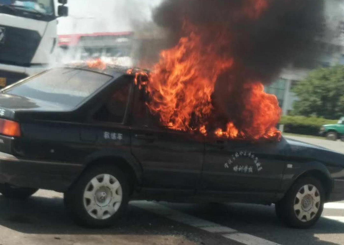 2018年7月29日,浙江宁波一驾校教练车街头突起火,烈焰瞬间吞噬驾驶室
