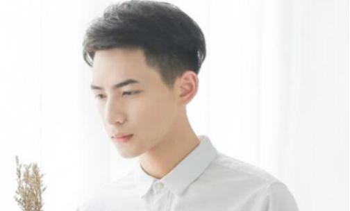 这款男生短发非常适合在校的中学生,刘海的轮廓顺着眉毛剪,减龄又