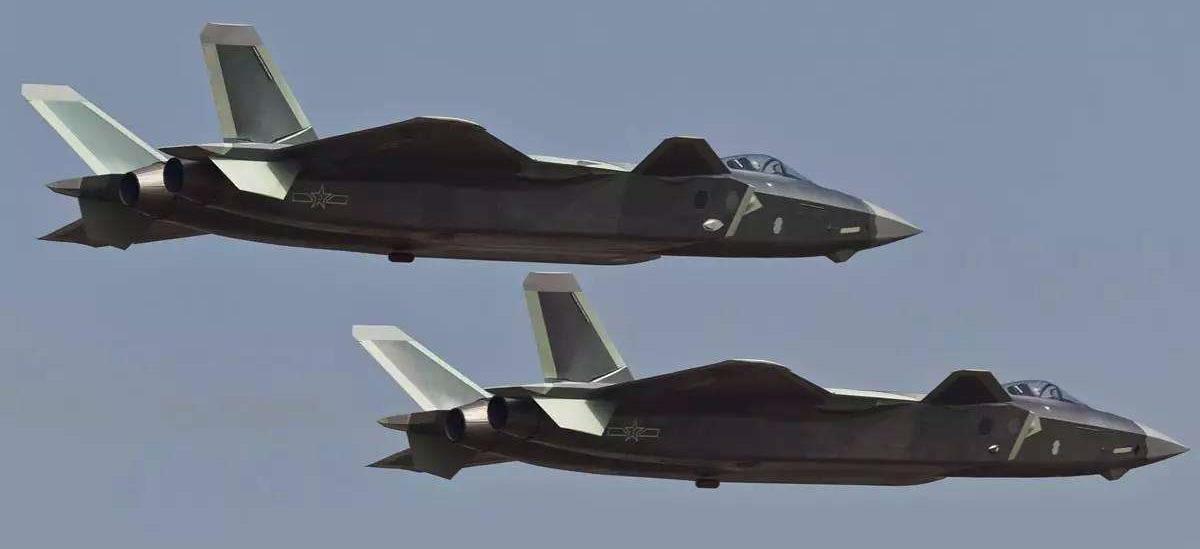 风头盖过五代机,歼10B低空掠过,机尾这一变化让军迷欢呼
