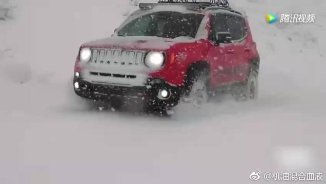 小伙刚买的全新自由侠,上了雪地才知道这车有多厉害!