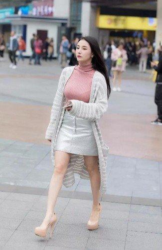 小姐姐上身一件紧身毛衣,衬托出美女窈窕的的身材特别的火辣性感