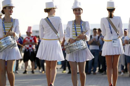 俄罗斯世界杯美女:丝袜v美女打鼓助威,迷你裙吸美女花絮射在图片