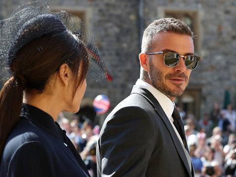 贝克汉姆夫妇出席哈里王子婚礼,贝嫂的高跟鞋太抢戏