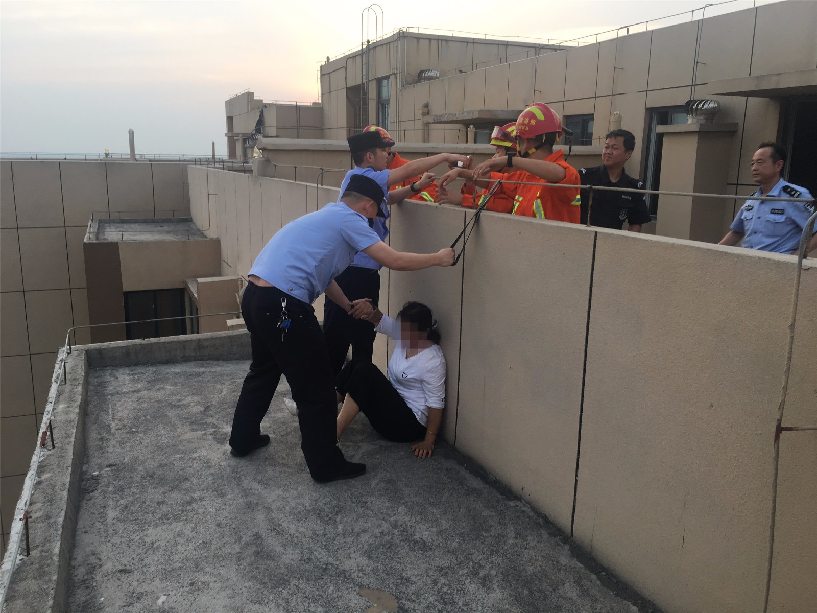 女子整容失败后 哭着爬上了27楼顶欲跳楼