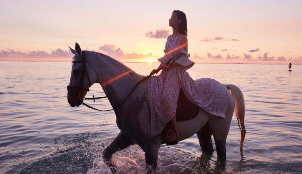 李沁身骑白马演绎灵动少女 一如人鱼鳞片超凡脱俗