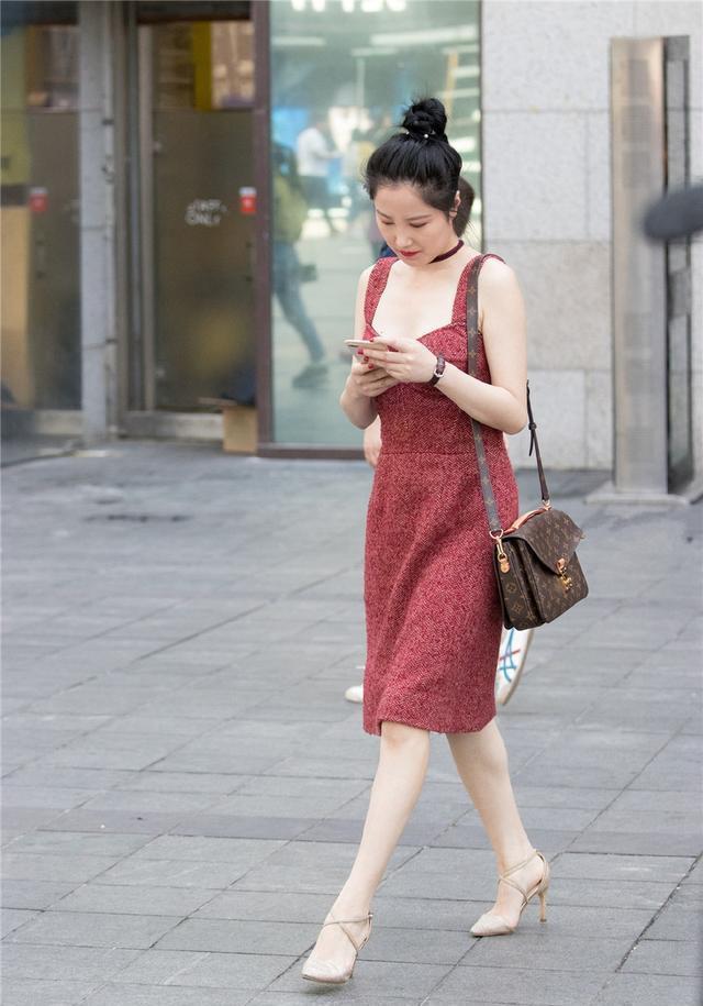 街拍:小姐姐简约的露脐装,却有着华丽的美,展现独特的美感!