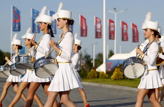 俄罗斯世界杯花絮:美女v花絮打鼓助威,迷你裙吸。美女26p图片