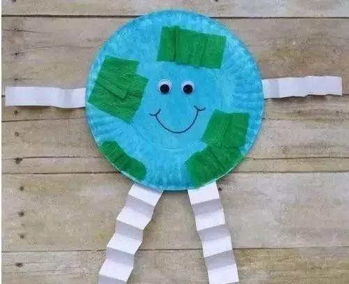 4月22日是世界地球日,这是一个专为世界环境保护而设立的节日,现今,地球日的庆祝活动已发展至全球192个国家,每年有超过10亿人参与其中。小编为大家准备了地球日主题墙和手工,帮助孩子树立环保意识,保护环境,从幼儿做起哦~ 地球日主题墙                              地球日手工制作  拥抱地球  【所需材料】 画纸、卡纸(折纸)、颜料、勾线笔、剪刀、胶水(双面胶) 【制作步骤】 剪出心形和手掌的形状  蓝色颜料和绿色颜料倒在纸盘里  将之前剪好的心形形状的纸往纸盘里按压,就可以将
