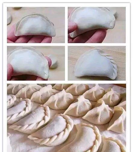 ①饺子皮按照等腰三角形的形状,找到三个点,捏合,形成三角形.