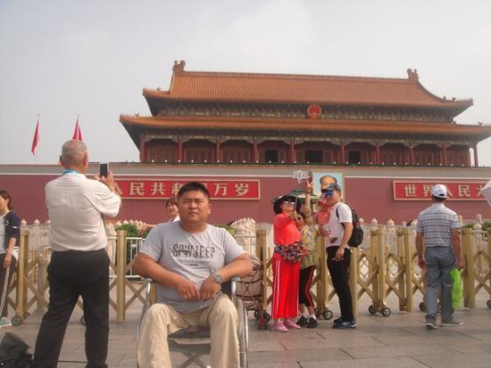 """河南新野""""双拐医生""""乔松荣获""""中国新时代美丽乡村医生""""称号"""