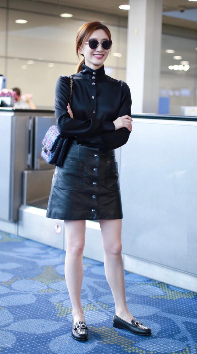 黑色针织衫搭配丝绒半裙优雅又甜美