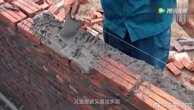 """农民工有福了,民间牛人发明""""砌砖神器"""",成本不到5元"""