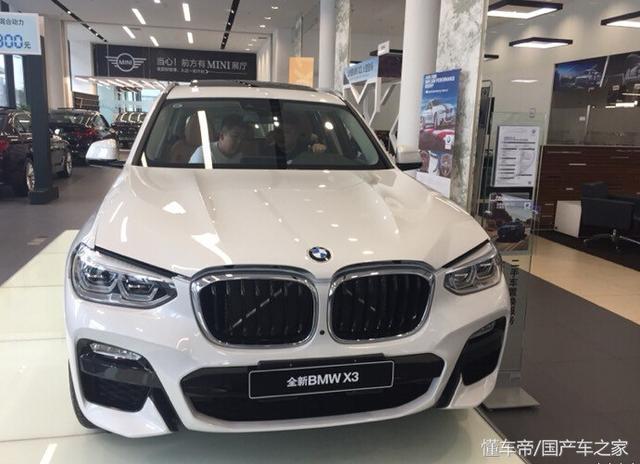 新宝马X3 30i到店实拍,白色车身很低调,中网鼻毛严重影响颜值