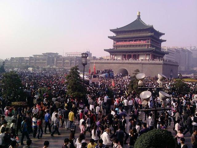 五一首日,陕西西安大雁塔景区游人如织.