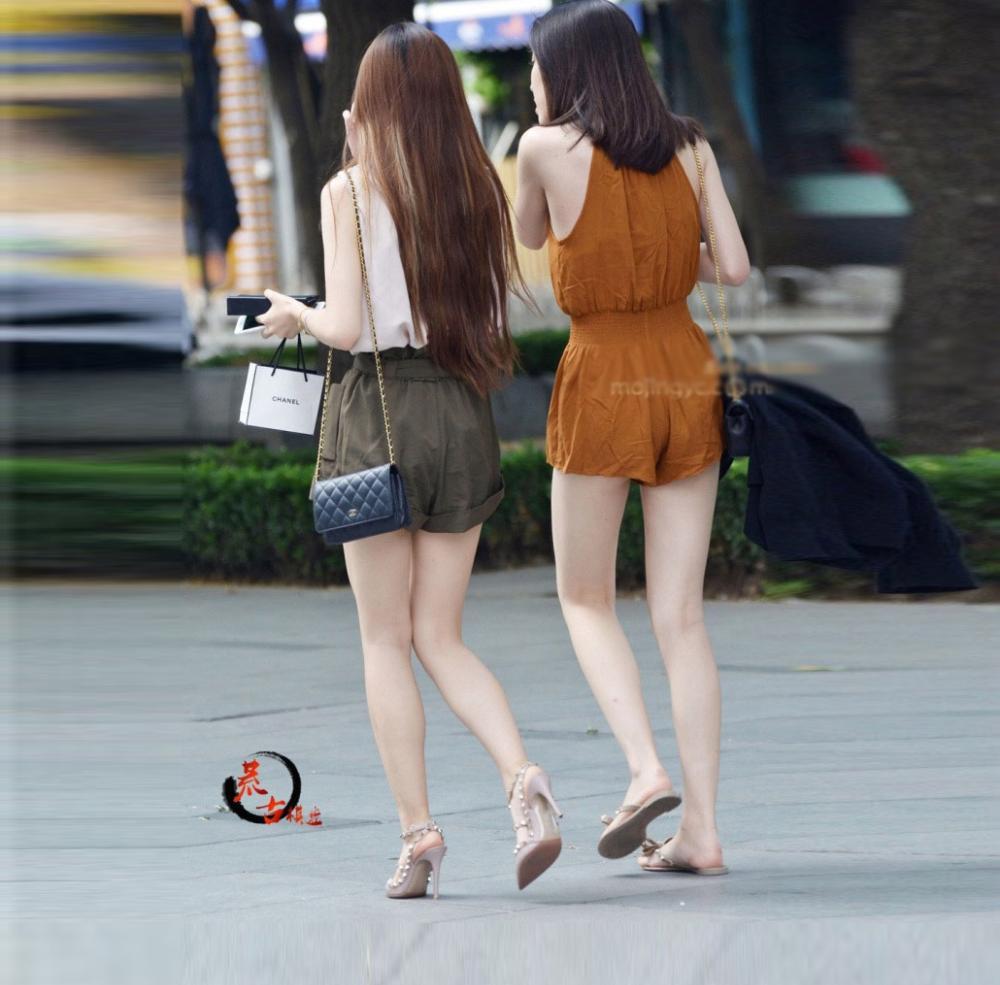 街拍: 高跟鞋, 大白腿, 细看还是美