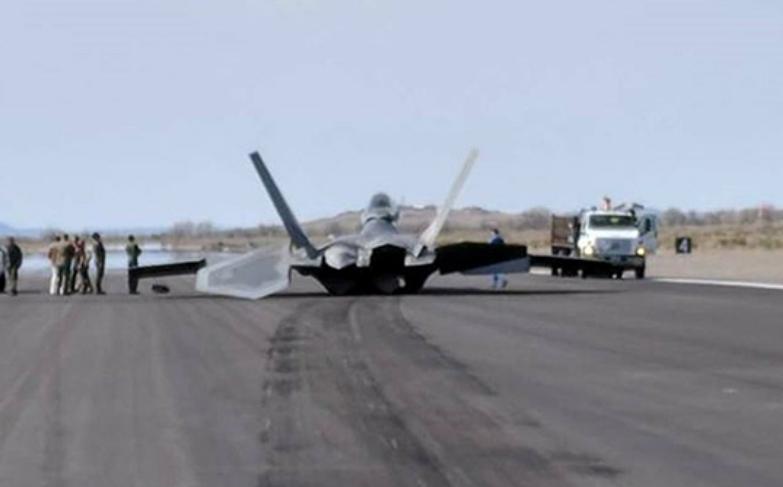 折翼的天使!F22战机再度发生事故,机翼与跑道发生亲密接触