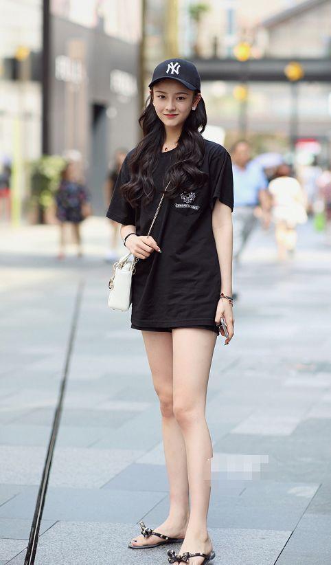 路人街拍,小姐姐上身搭配的一件露脐的宽松上衣,很潮很迷人
