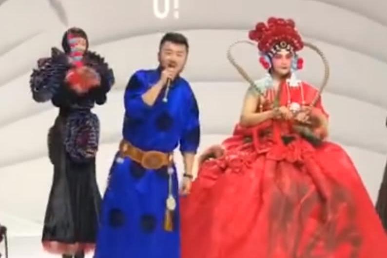 千面男爵陈志朋戏妆大红裙造型挑战经典,反串穆桂英惊艳全场