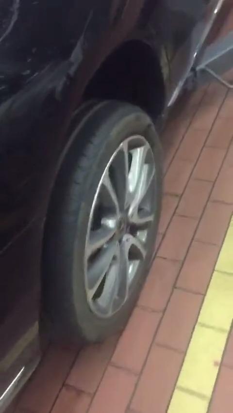 """大家来判断一下吧 女车主说刚买的奔驰E级右边两个轮胎""""突然""""爆裂,超恐怖..."""