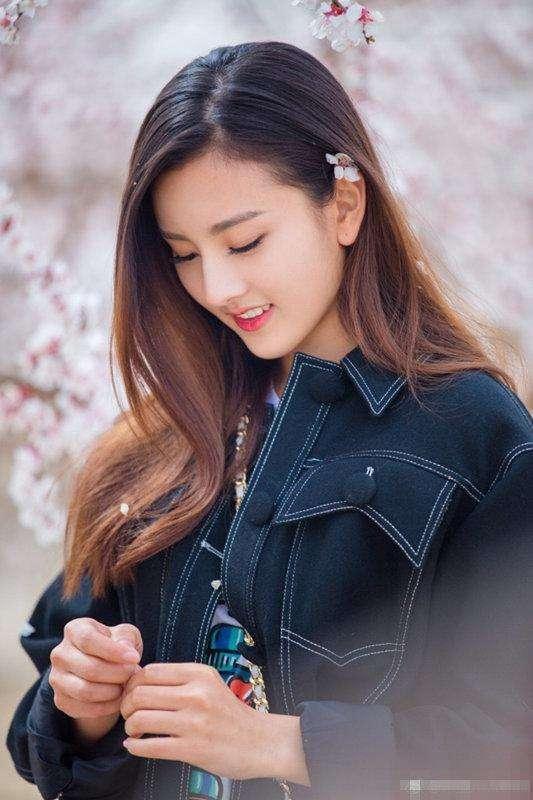女星回眸一笑:赵丽颖温暖,热巴迷人,富察皇后真的惊艳