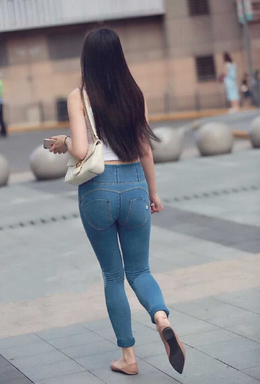 美妙绝伦美女性交图_美女穿紧身牛仔裤的背影美妙绝伦,臀型曲线得到了时尚