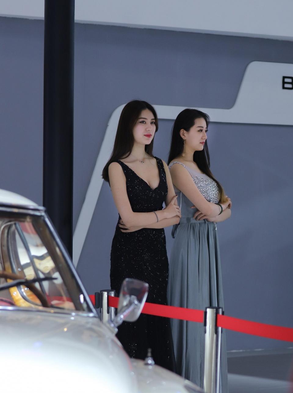 车展现场实拍:车模姑娘们气质优雅,引人流连