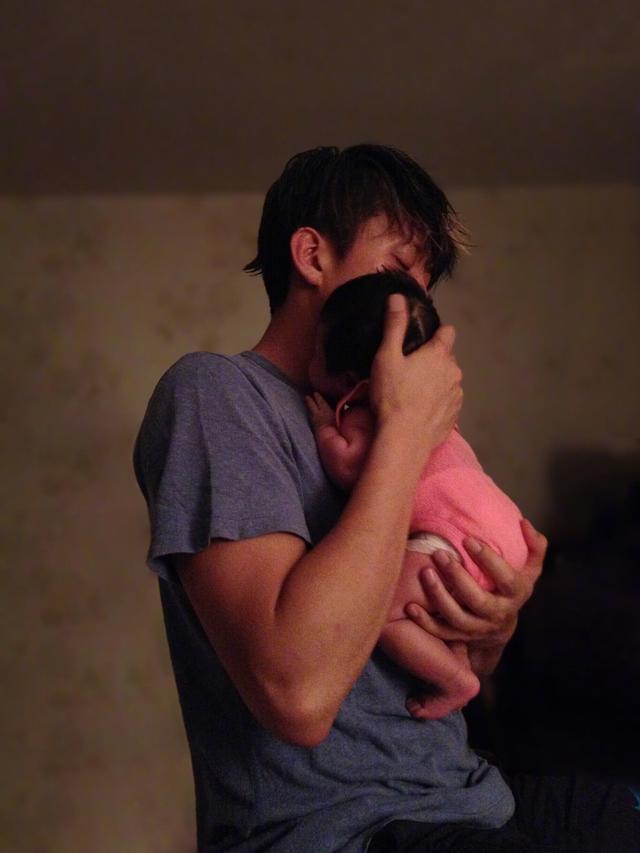 邓超为女儿庆生,花半个小时想文案,小花妹妹霸气抓衣领露侧颜!