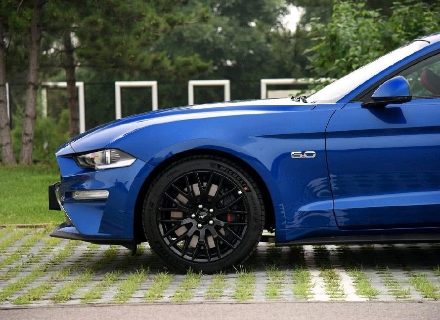新款车的高配车型搭载5.0L自然吸气V8发动机