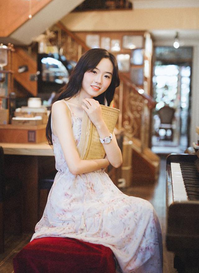 纤细高挑小脸照片美女清瘦复古手臂写真的书店女朋友赞美图片