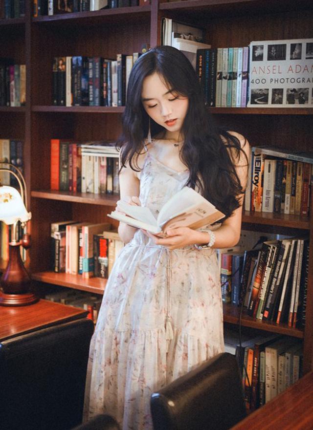 高挑清瘦小脸手臂书店纤细写真美女复古视频房车上的美女图片