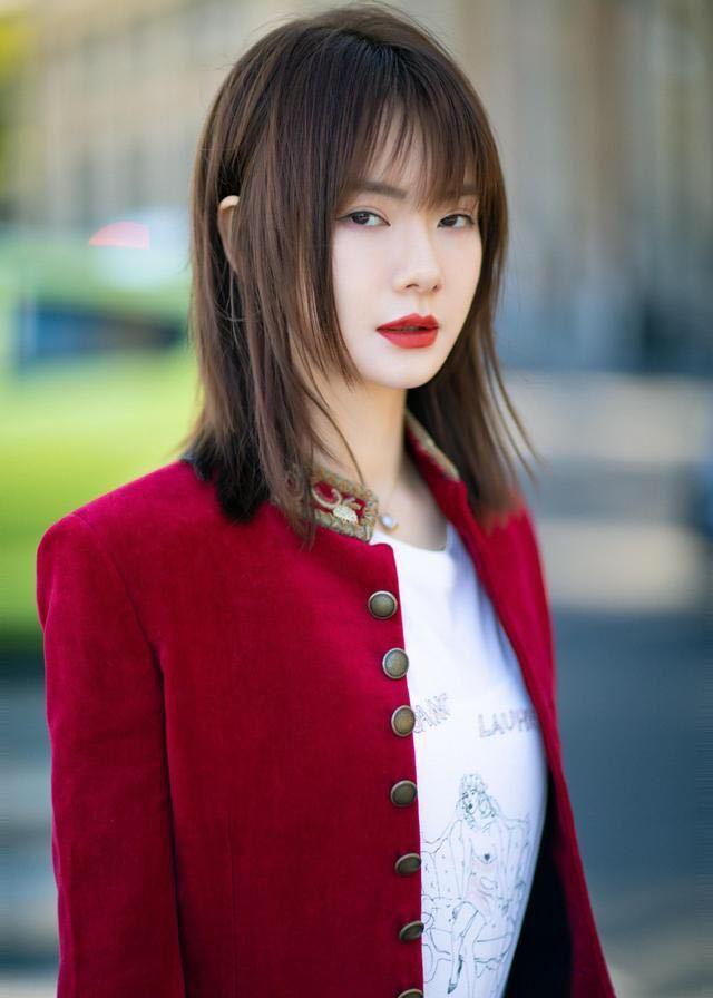 唐嫣戚薇时装周换发型,一个短发清爽帅气,一个剪刘海