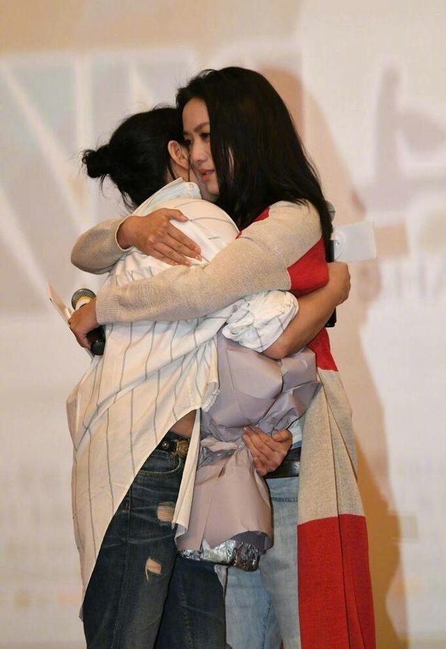 刘若英上海宣传电影与汤唯深情拥抱,网友:满满的都是感动!