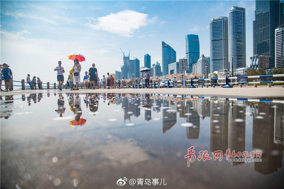 雨后青岛五四广场宛如水彩画 倒影迷人游人如织