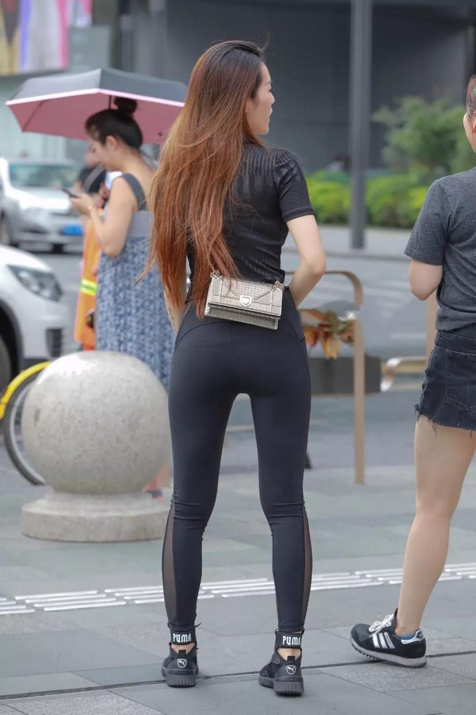 时尚街拍,穿紧身裤的美女背影看上去好性感