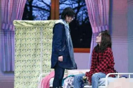 阚清子表演中扣子掉了,徐璐一把抱住她,章子怡拿笔偷偷记下